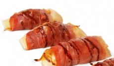 Pata negra ibérico ham canutillos with fried onion
